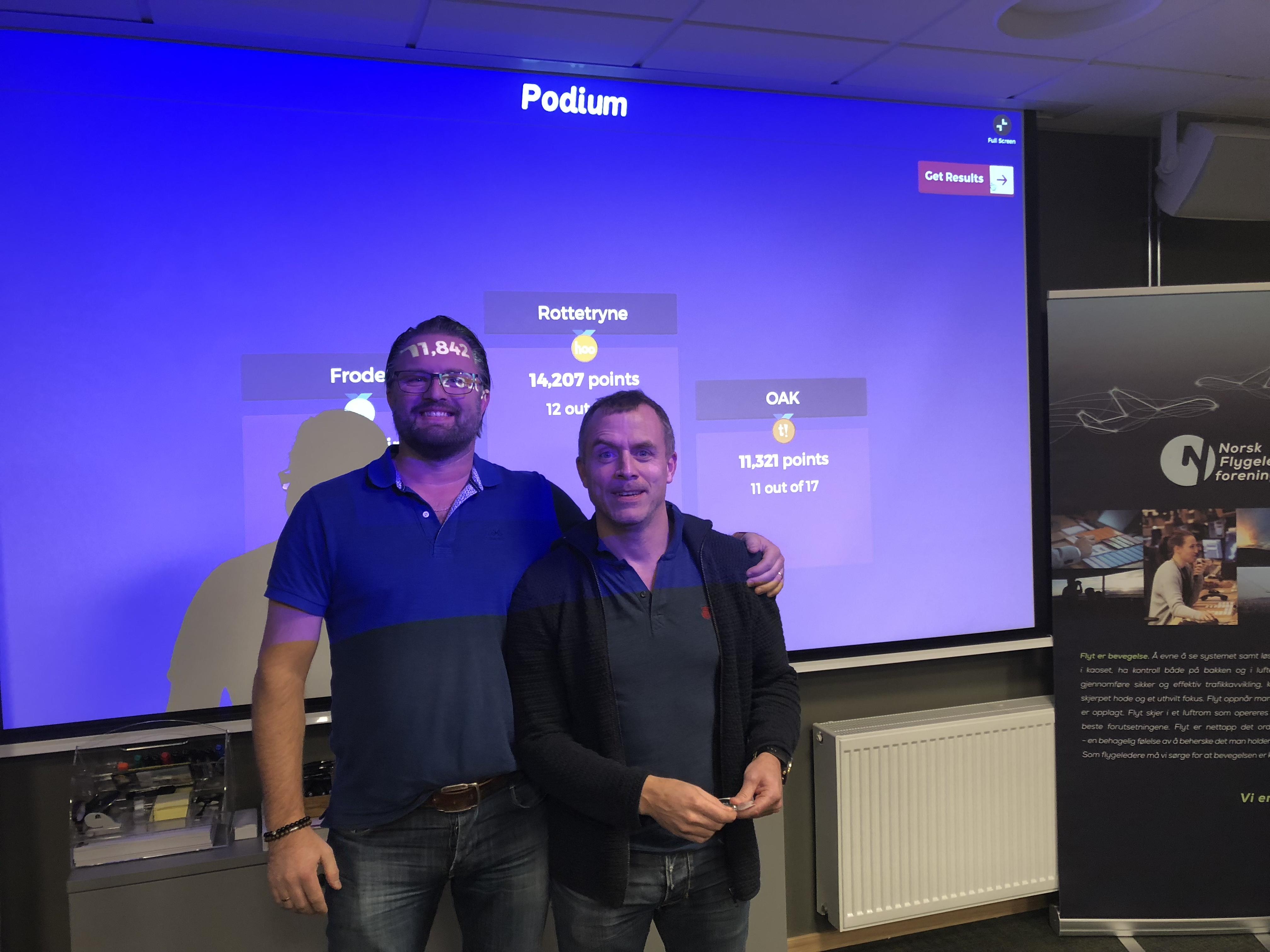 Robert Gjønnes gratulerer Erik Aalvik, vinneren av quizen