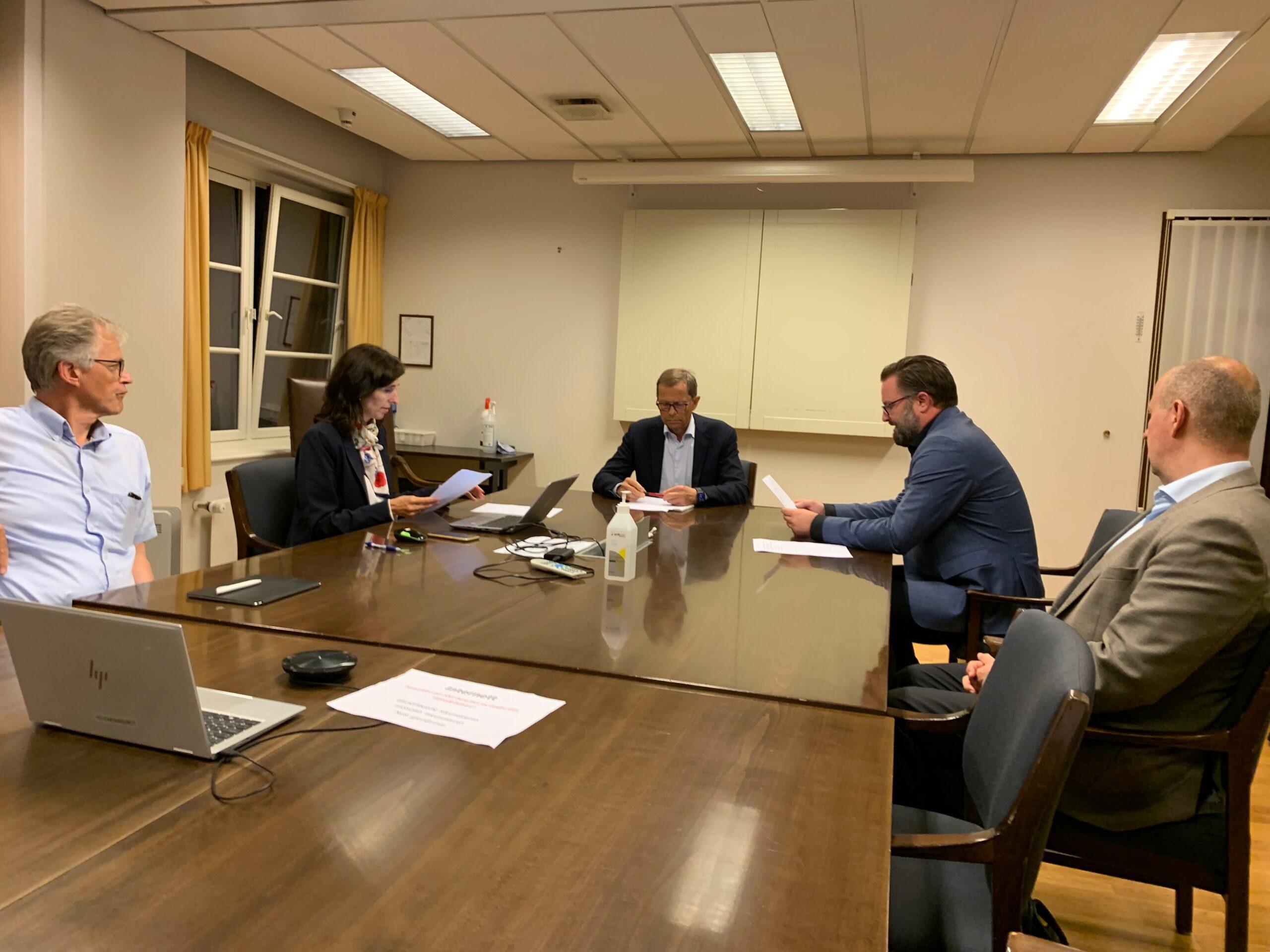 Forhandlingsutvalget i NFF avventer signering av dokumenter i lobbyen hos Riksmekler klokken 03:30 natt til lørdag 19. juni.